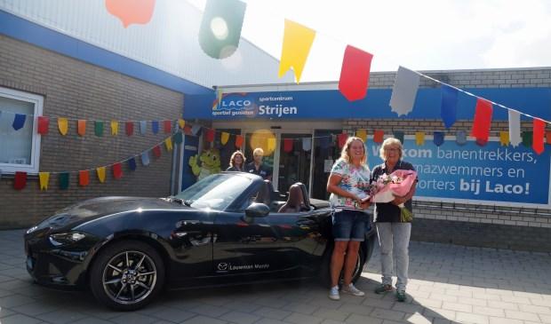 Overhandiging van de autosleutels door Laco-vestigingsmanager Maria Rietveld aan mevrouw Miranda van Ginkel.