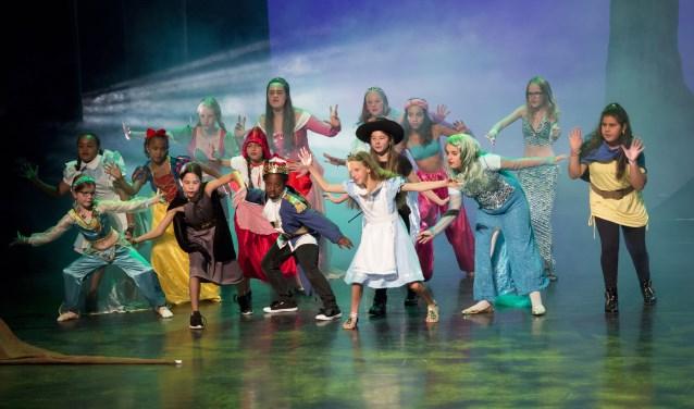 De Telekids Musicalschool maakt 22 augustus opnamen in de IJselhallen. (foto: Margot Scheerder)