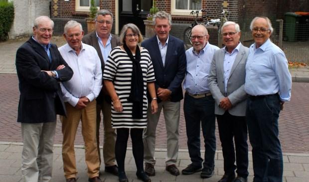 Van links naar rechts Gerard Vissers (25 jaar lid), Ben Kolvenbach (12,5 jaar), Piet Hermans (12,5 jaar), Fengery de Jong-Gerding (12,5 jaar), Wim Arts (25 jaar), Frans Wouters (12,5 jaar), Jan Vissers (50 jaar) en Antoon Hol (12,5 jaar). (Foto Wim van den Hoff)