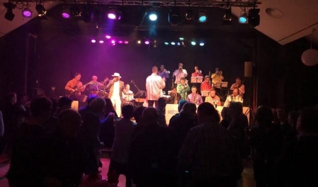 Een foto uit januari 2017: West Coast Big Band + Orlando Milan zetten Theater 't Web op stelten met de 'Soul Show'.