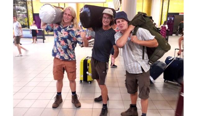 Hans Dorgelo, Sjoerd van Dekken en Thijmen Scholten op Schiphol vlak voor hun vertrek naar Canada. Foto: Jacqueline Busker