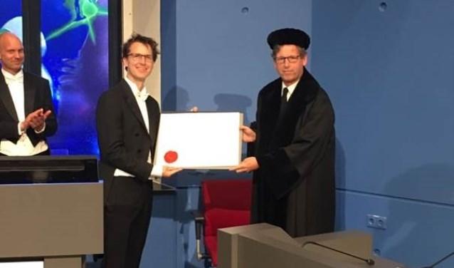 Mattijs Out, internist van het MST, promoveerde in Maastricht  na een onderzoek over een diabestespil.