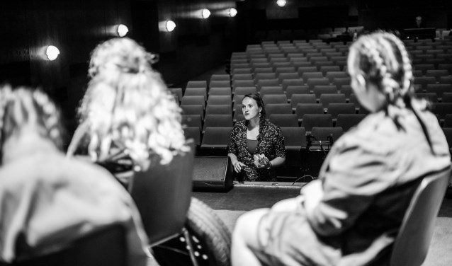 Laila van Spoenk zet de laatste puntjes op de 'i' voordat de show begint. Foto: Jildou Dantuma van Nieuwerwets Creatief.