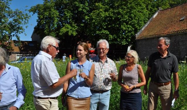 Van links naar rechts: Kees Veerhoek, raadslid Femke de Vries, Jan de Roode, Ria Boot en Maarten van Strien. FOTO: Anneke Flikweert