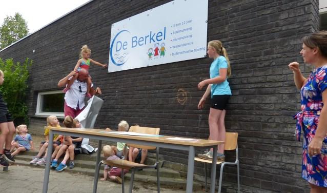 Jula Klein Gebbink (links) en Sanne Suijthof onthullen het vernieuwde bord.