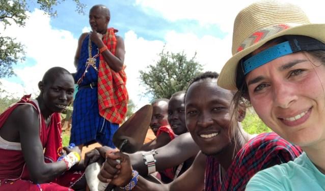 Dahnja Snoeijen met de 'warriors', de jongemannen van de Maasai. Foto: PR