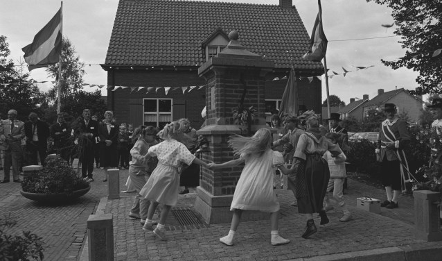 Dansen rondom de dorpspomp in Escharen leverde een mooi schouwspel op.
