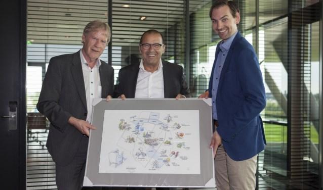 Voorzitter René van Holsteijn, Geurt Valkenburg en diens opvolger Sijmen van Dommelen, (Foto: Jan-Fotografie)