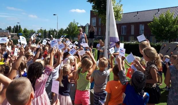 ?Op het grote schoolplein waren alle kinderen verzameld rondom de schoolvlag. Eigen foto