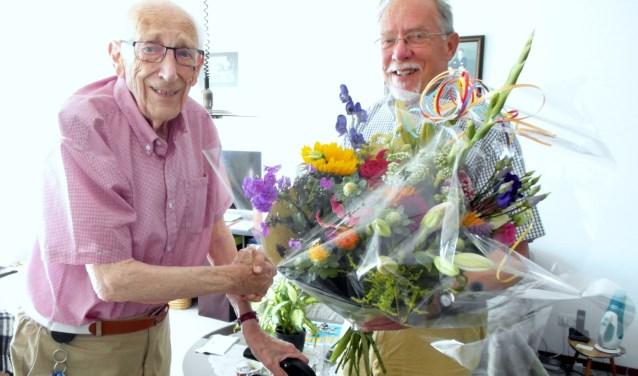 liks foto de heer D.J. Ellermeijer en rechts op de foto Adri Wever FNV lokaal Ijssellanden
