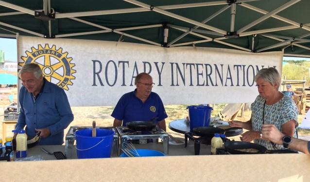 Rotarians bakken pannenkoeken voor kinderen Kidsbouwdorp