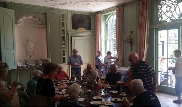 Tijdens de rondleiding bij Huys ten Donck werd er genoten van een lekker kopje koffie met gebak.   (Foto PR)