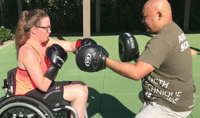 Lisette Teunissen sport bij een sportschool met de enige rolstoeltoegankelijke boksring van ons land: No Limits Sports in Nieuwerkerk. (Foto: No Limits Sports)