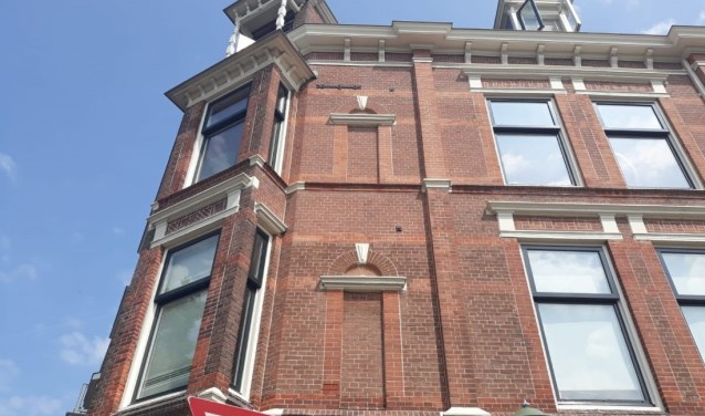 Dichtgemetselde ramen zijn weinig functioneel of toch wel? Voor 1896 vond men van wel. (Foto: Indebuurt.nl/denhaag)