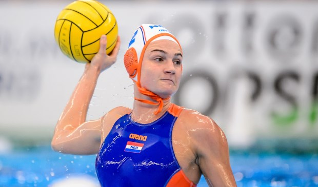 Maud Megens in de wedstrijd tegen Hongarije. Oranje boog een 2-5 achterstand om tot een 10-6 zege. (Foto: Gertjan Kooij/Orange Pictures)