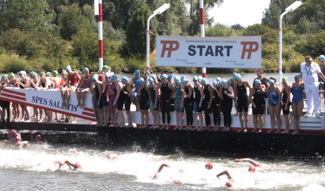 Er vertrok een record aantal deelnemers van de veerpont van Beusichem. (Foto: Theo van Dam)