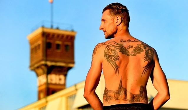 Nicky Böttcher met de tattoo van Ulft. (foto: Roel Kleinpenning)