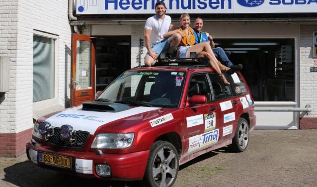 Jack Heerikhuisen (r), zijn dochter Thamar en haar vriend Stephan Schouwenaar gingen de uitdaging aan met 'n Subaru Forester 4WD uit de vorige eeuw.