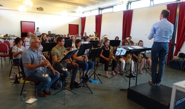 Muziekvereniging Concordia repeteert onder leiding van  Thomas Eveleens. (Foto: Yvonne Krol)