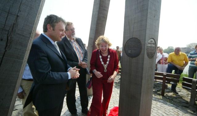Onthulling van de plaquette in 2006  door de burgemeesters van Leiden en Capelle. (Foto: Paul Weyling)