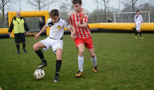 Onderbouwleerlingen gaan het komende seizoen sportief de strijd met elkaar aan in de straatvoetbalcompetitie. FOTO: PR