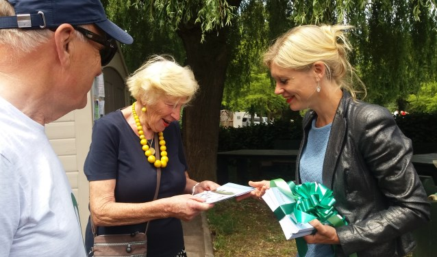 Marloes Borsboom krijgt een folder overhandigd