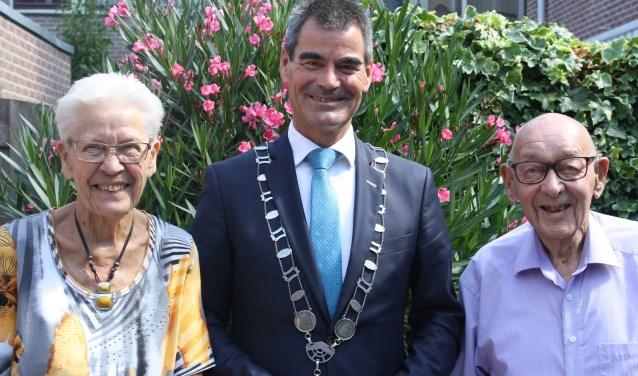 Het bruidspaar Vermeulen-van Doorn, op de foto samen met burgemeester Wouter de Jong, vierde afgelopen zaterdag het bijzondere platina jubileum in familiekring. [Foto: Carola Rietdijk]