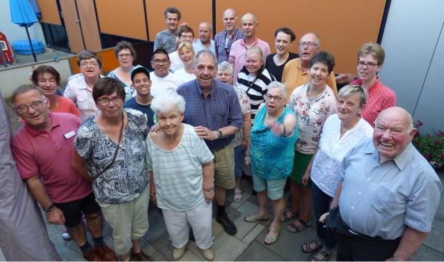 De leden van de Oldenzaalse VTB-club verheugen zich enorm op hun jubileumuitje. Onder hen ook Marga (tweede van links), Ine (naast haar) en Gerard (rechts achter Ine).