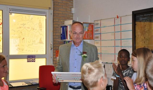 Dick Klaassen werd de hele dag door verrast door de leerlingen, hun ouders en de leerkrachten. Foto: Chantal van Dreven