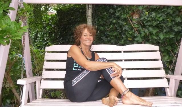 Mary Hermsen loopt graag op blote voeten. Het zogenaamde 'barefoot walking' is gezond en ontspannend. (Foto: Julie van Rooij)