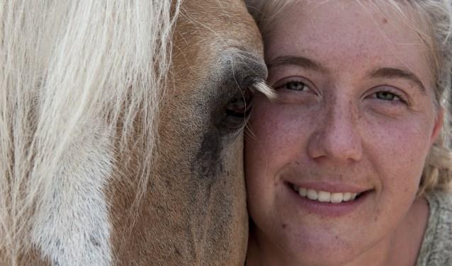 Ruby Stoffels begeleidt kinderen tijdens het ponykamp in Elst. Dat voelt voor haar als een vakantie.  (foto: Ellen Koelewijn)