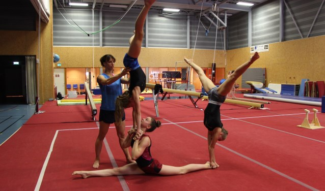 Imke helpt drie meisjes bij het uitvoeren van een oefening. FOTO: Jan Hermens