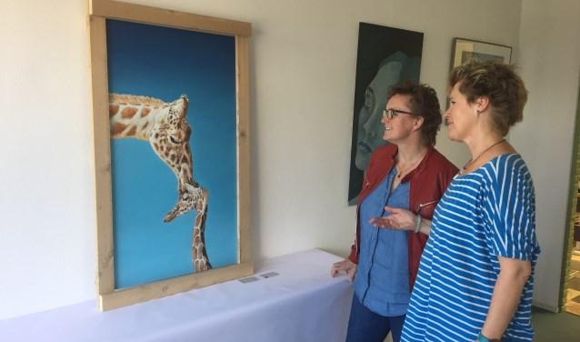 Schilderlerares en kunstenares Anja Spooner vertelt Barbara Zornig meer over haar werk 'You and Me' dat in het Triggr-gebouw hangt tijdens de Kunstweek.