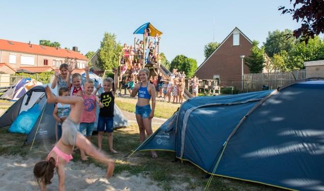 Meer dan vijftig kinderen genieten met volle teugen van het Tentenkamp van de Speeltuinvereniging Emst. Foto: Dennis Dekker