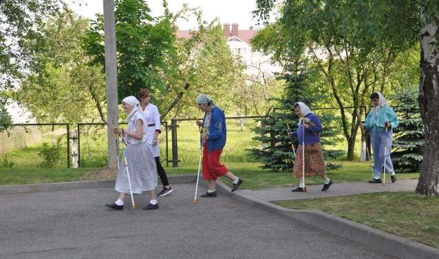 Bewoners van een internaat in Wit Rusland kunnen dankzij de Eindhovense stichting meer aan bewegingsactiviteiten doen, zoals nordic walking.