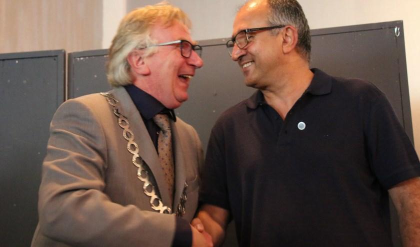 Burgemeester Van Rumund reikte zaterdag het Wagenings Erezilver uit aan Masood Eslami. (foto: Evelien Rutgers)