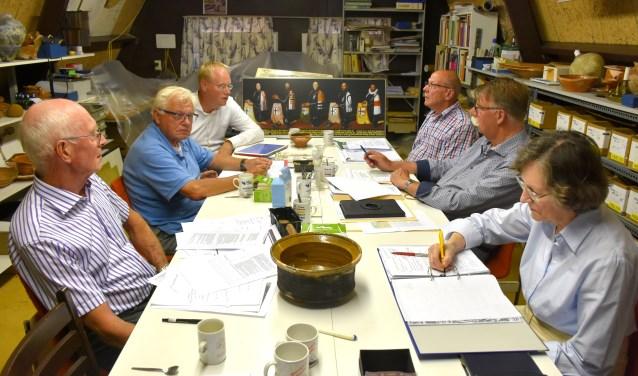 De werkgroep overlegt over de invulling van de tentoonstelling. V.l.n.r.: Hennie Verhoef, Ad de Vaal, Jeroen Patijn, Piet Niestadt, Ben Peltenburg en Maaike Diekema. (Foto: Tessa de Gruijter)