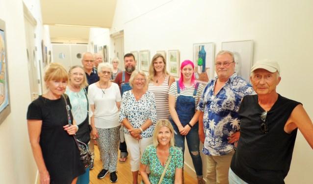 Een aantal van de amateurkunstenaars tijdens de opening van de expositie afgelopen vrijdag. De expositie in Landvast is vrij te bezichtigen.
