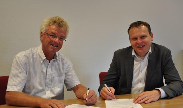 Herman Jonkmans (links) en Leon van Esseveldt ondertekenen samenwerkingsovereenkomst