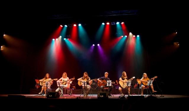 Jonge gitaristen op het grote podium van Theater Het Kruispunt tijdens het 14e Groot Gitaar Gala (foto Gerhard Koele).
