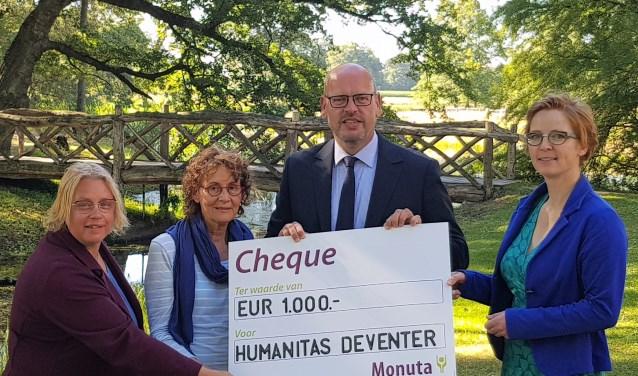 Wilco Leukenhaus (Monuta Spaans) reikt de cheque uit aan de Humanitas vrijwilligers Karen van Dongen, Margriet Burgers (rouwwandeling) en Iris Ronnes (coördinator).