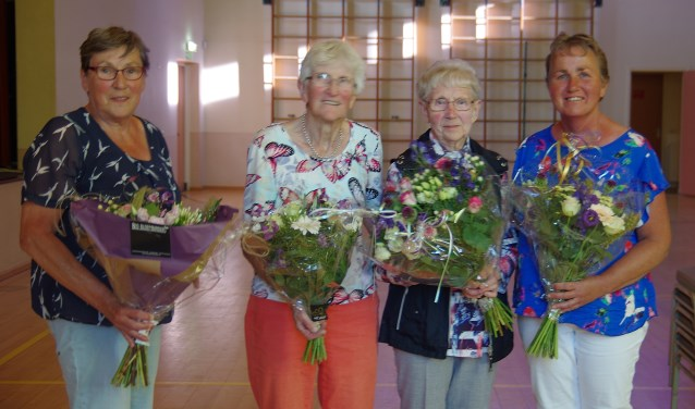 Vlnr: Mevr Klompenhouwer, in de bloemetjes gezet vanwege haar grote bijdrage aan het reilen en zeilen van het koor, de jubilarissen Willy Weenink en Sien Beernink en dirigente Riet Lieverdink.