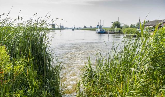 Bij Kinderdijk laat Waterschap Rivierenland extra water in de Alblasserwaard, om te voorzien in de grote vraag naar water bij deze aanhoudende droogte. (Foto: Cees van der Wal)