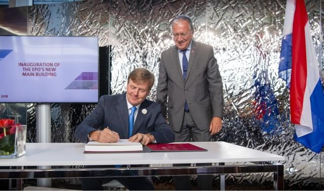 Koning Willem-Alexander tekent, terwijl EPO President Benoît Battistelli trots toekijkt. Foto: Frank van Beek namens de European Patent Office