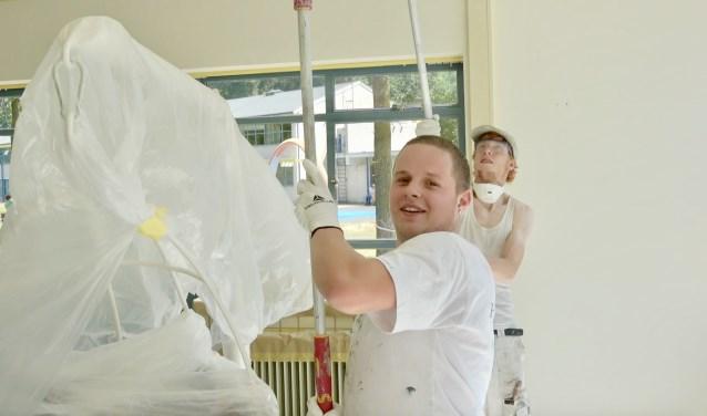 Studenten Nimeto schilderen bij Bio Vakantieoord
