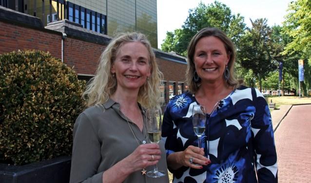 Leontien Wiering, waarnemend directeur Flint en rechts Denise Notenboom, directievoorzitter Rabobank Amersfoort Eemland.