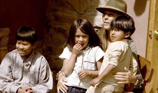Helena van Engelen met een aantal van haar Peruaanse leerlingen.