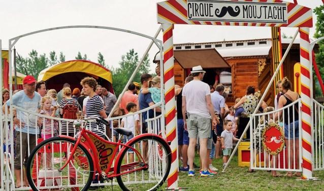 Bravoure van Cirque Moustache te zien door heel Nederland. Dus ook in Pand Pannenkoek in Schalkwijk en wel op 16 augustus. Foto: Moustache