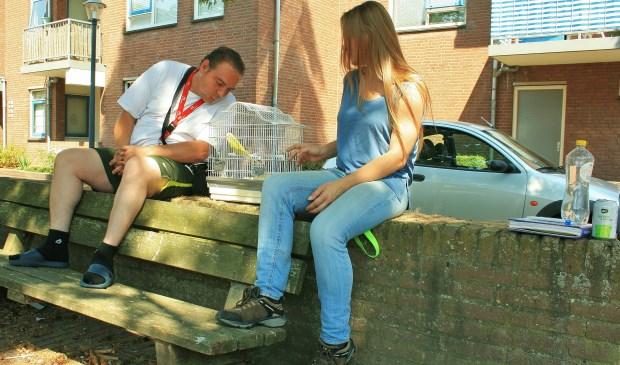 Chris en Katrin, een 'sociaal contact', zitten aan weerszijden van parkiet Jacky. Foto: Rob Zantinge