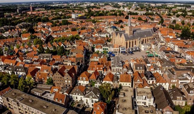 Centrum Amersfoort met rechtsboven de St. Joriskerk aan de Hof.(Foto: NVM Eemland)